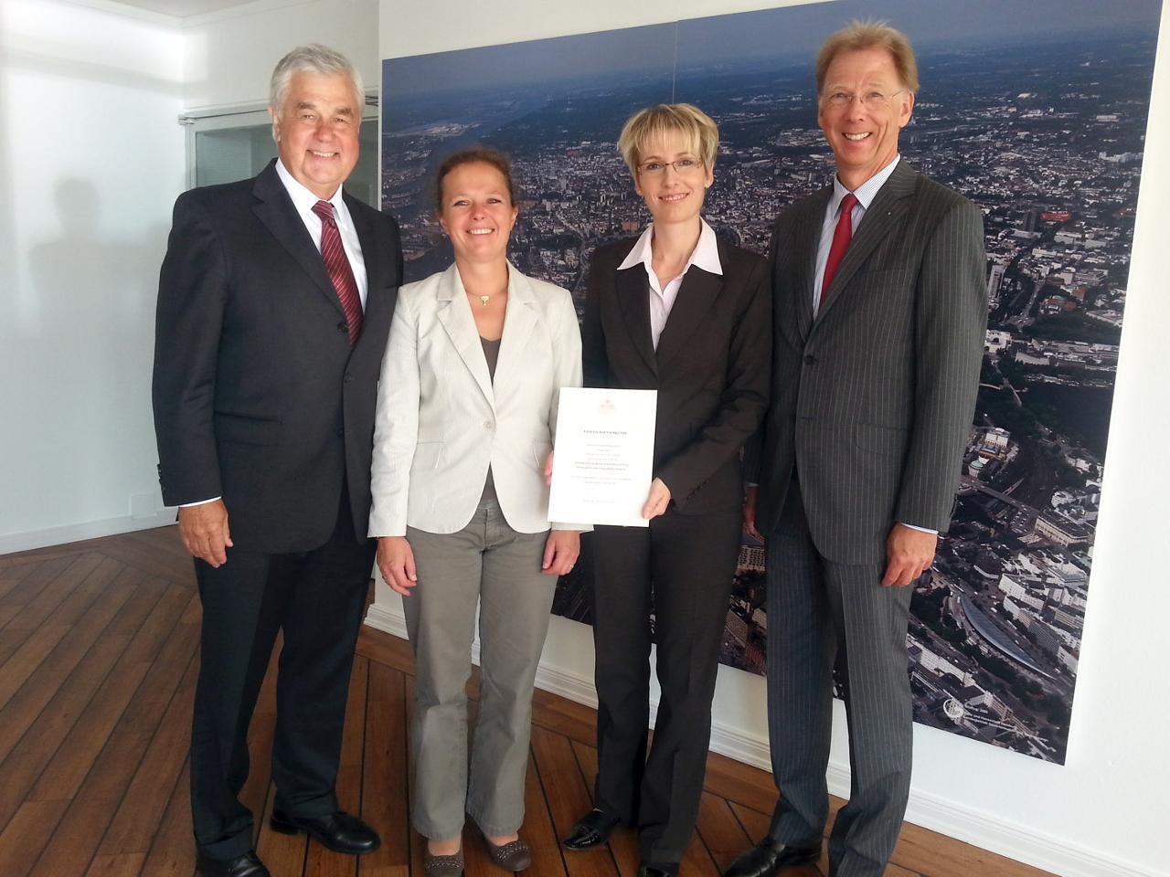 Senator Horch und Sonja Schäfer, Wiebke Germer und Dr. Axel Henriksen vom Stiftungsvorstand